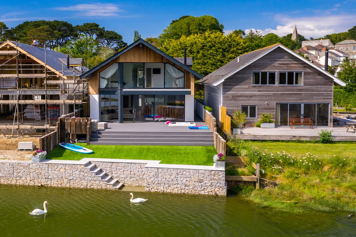 Creek View is a fine modern home in Devoran, south Cornwall. The property is on the water and has direct access to the picturesque Restronguet Creek.